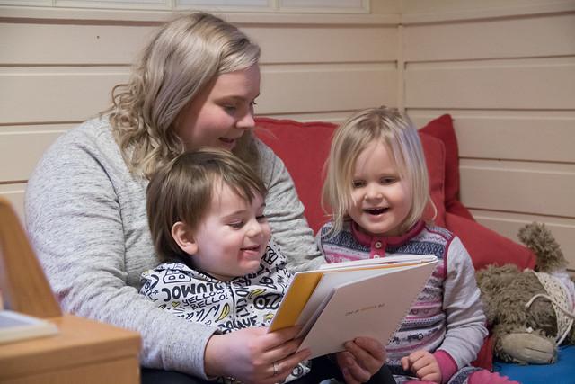 Elisabeth Bjørnsen Leland og dei andre tilsette i Sveio barnhage jobbar systematisk med språk. Her les ho med Birk Aleksander Roos og Mathilde Wirkola Lye.