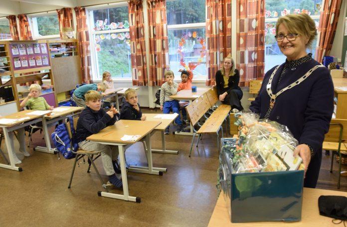 Ordførar Jorunn Skåden delte ut bokkasse til 1. og 2. trinn ved Valestrand oppvekstsenter. Foto: Svein Olav B. Langåker