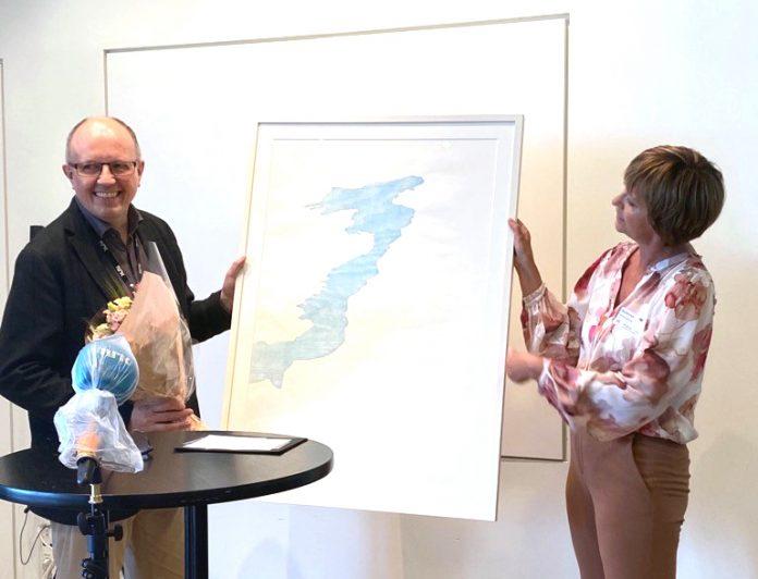 Eivind Molde fekk utdelt prisen av juryleiar Solveig Barstad på Marienlyst. Foto: Karoline Riise Kristiansen, NRK
